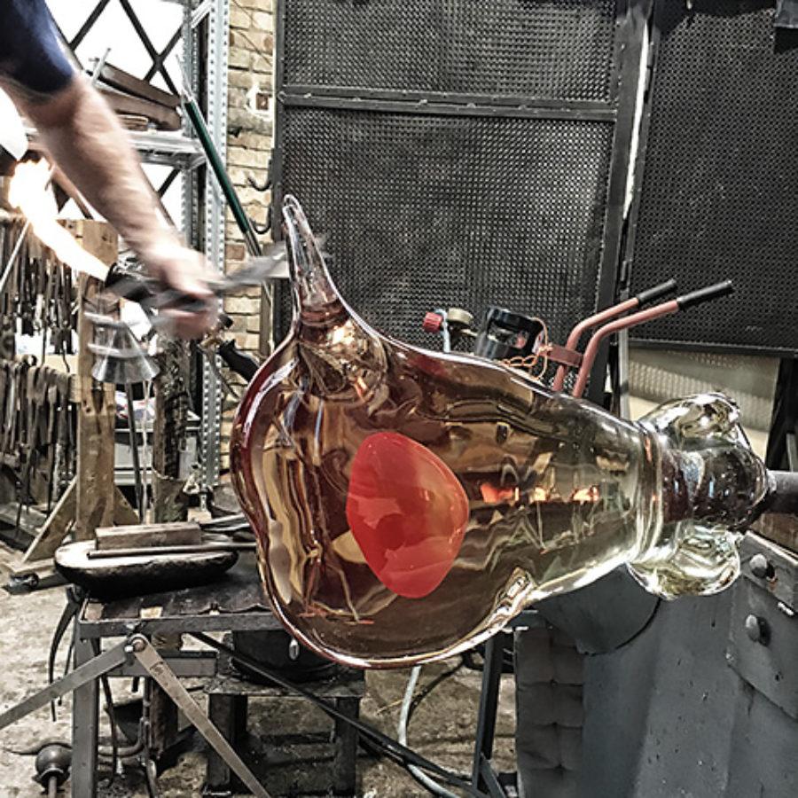 Rosso rubino avvolto da vetro trasparente